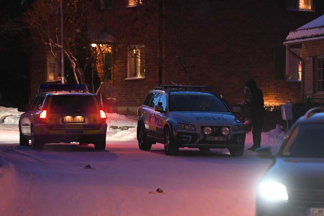 Ett stort antal poliser deltar i sökandet efter mannen.