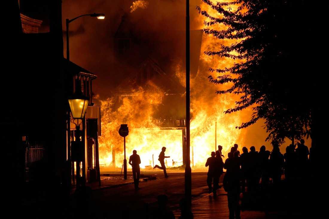 En möbelaffär sätts i brand i Londonförorten Croydon.