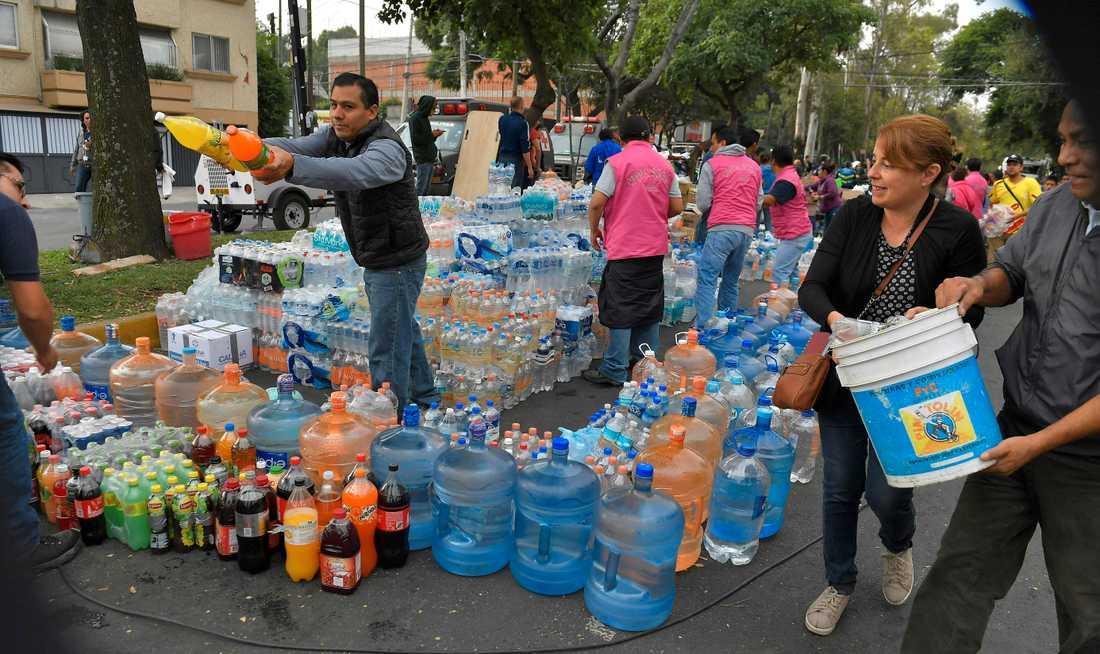 Volontärarbetare samlar in mat och vatten till nödställda och räddade människor.