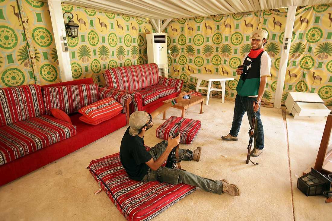 GADDAFIS TÄLT Muammar Gaddafi brukade ta med sig flera beduintält att bo i när han åkte utomlands på statsbesök. Flera tält som i går hittades i högkvarteret brändes upp, men det här tältet sparades av rebellerna.