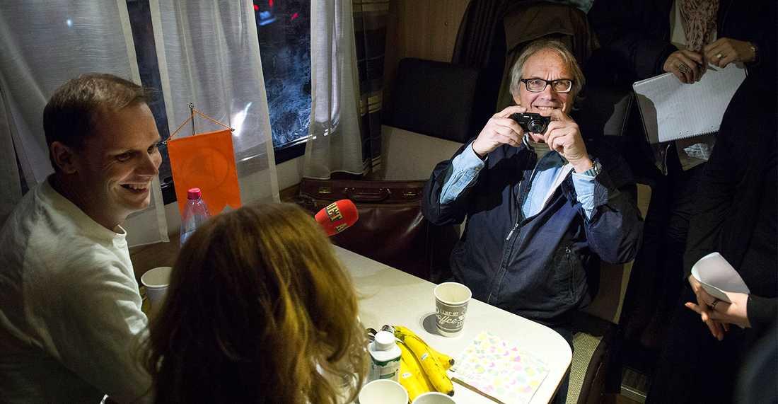 Mötet med Lars Vilks ägde rum i en husbil på en upplandsåker. I debatten deltog  Aftonbladets Åsa Lindeborg, Peter Sunde Kolmisoppi och Lars Vilks. Foto: Marcus Ericsson