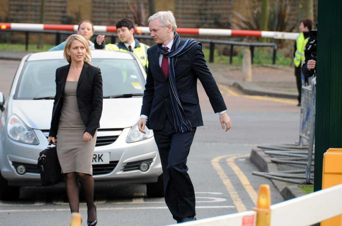 Utanför rätten Julian Assange med sin advokat Jennifer Robinson.