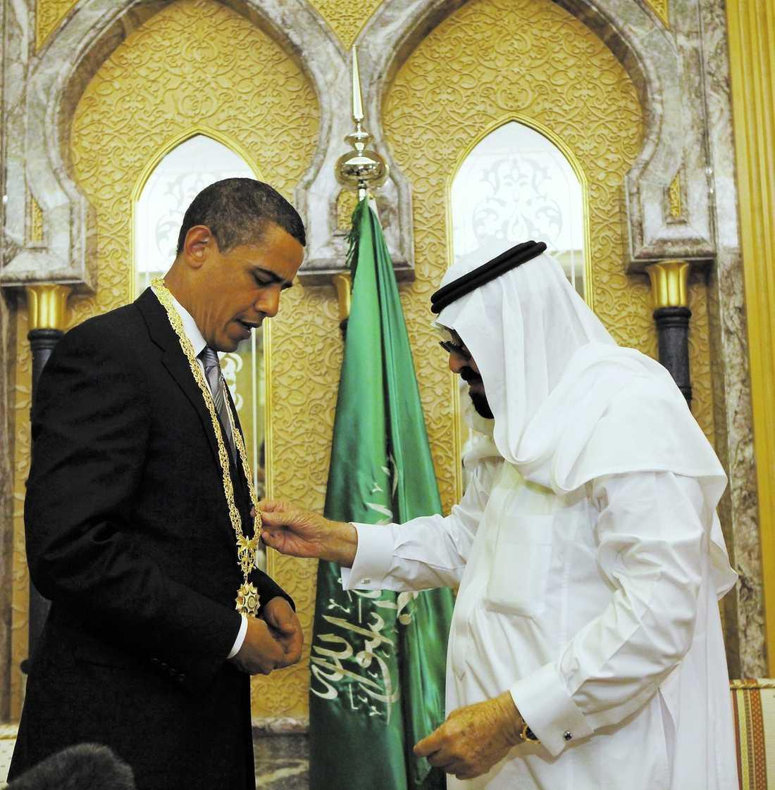 Struntar i Israel Barack Obama har påbörjat sin rundresa i Mellanöstern, men väljer att hoppa över ett besök i Israel. Något som skapat sura miner i Tel Aviv. I går prisades Obama av kung Abdullah i Saudiarabien.
