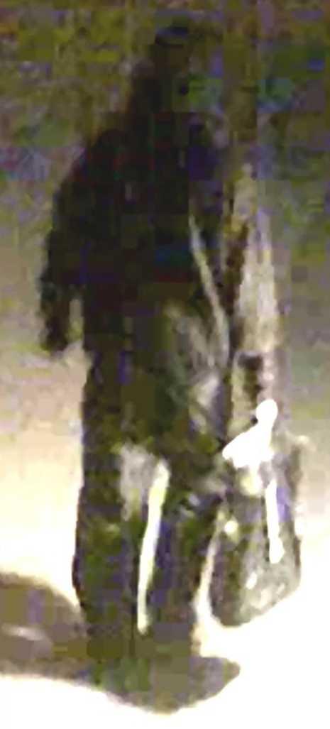 Polisen har gått ut med en bild på den mörkklädde mannen.