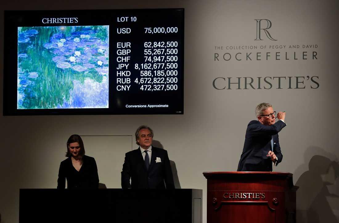"""Auktionshuset Christies ordförande Jussi Pylkkanen slår klubban i bordet när Claude Monets """"Nympheas en fleur"""" säljs för 75 miljoner dollar."""