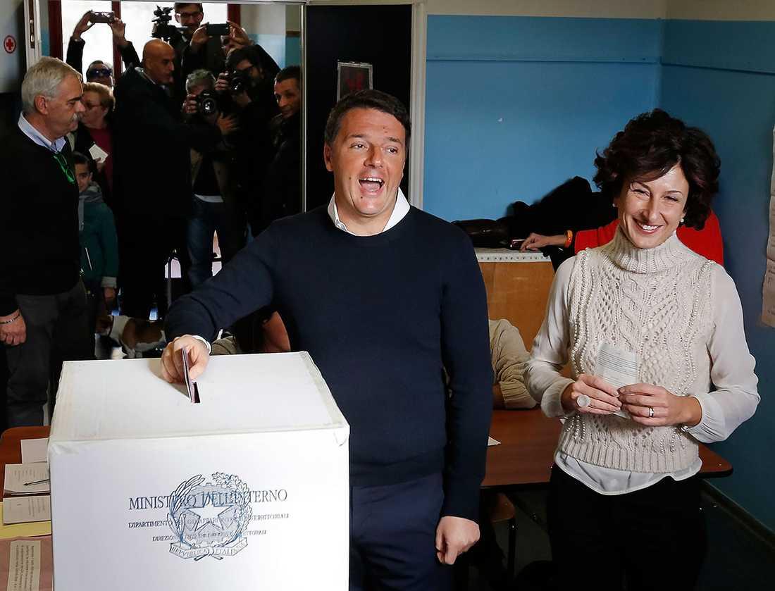 Matteo Renzi när han lade sin röst under söndagen. Senare meddelade han att han avgår.