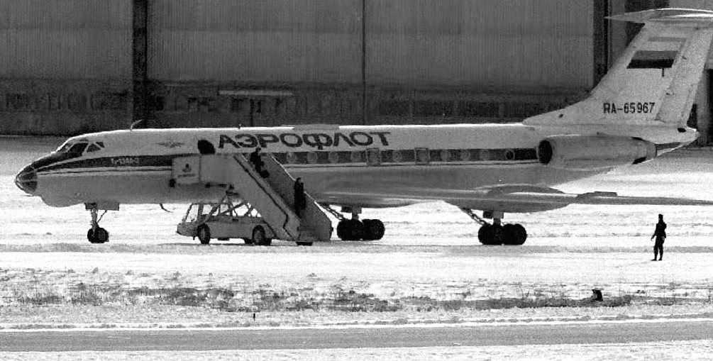 Två passagerare lämnar det kapade planet på Arlanda februari 1993.
