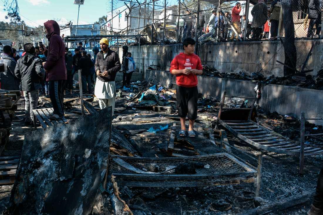 Ett bränt plåtskjul i migrantlägret Moria på ön Lesbos. Ett barn omkom i branden.