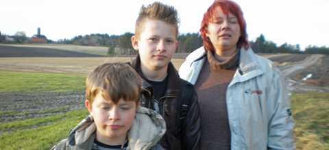 Karl, 10, Walter, 13, och mamman Anne Katrine Eikrem är vana att möta enskilda vargar ute i skogen, men att en hel flock är oroande, tycker de.