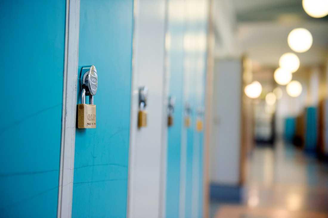 Järnröret låg i elevens skåp och de två knivarna bar han med sig på skolan.
