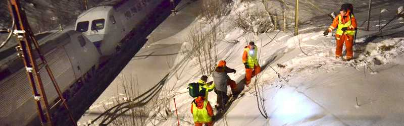 Räddningspersonal evakuerar passagerare från ett stillastående tåg i Östergötland. Felet som orsakade stoppet kommer ta tid att laga, varnar SJ idag.