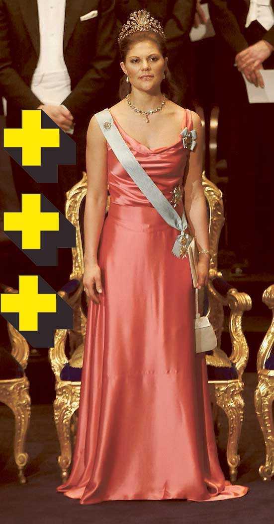 2004: Victoria klär alldeles tydligt i hallon-nyanser. Livet på klänningen är en riktig hit, och satin är modernt. Ger Hollywood-känsla. Hade önskat att den var ännu mer kroppsformad. Den blir lite tråkigt hängig nertill.