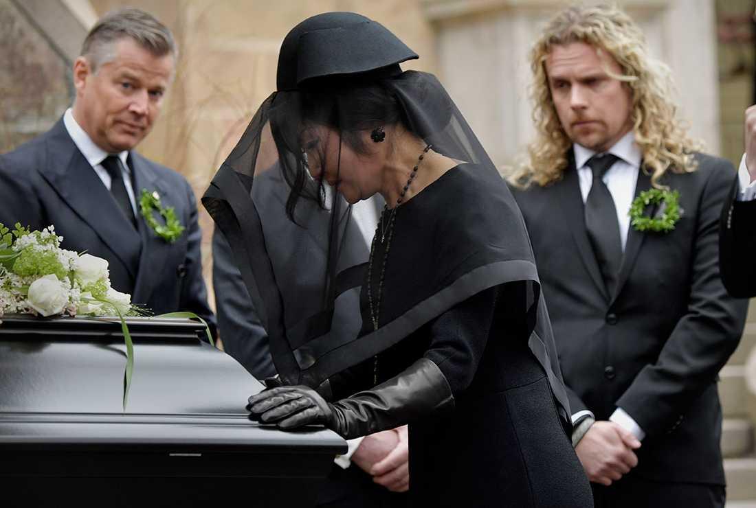"""""""Noppes"""" änka Lee Lewenhaupt tar farväl vid kistan."""