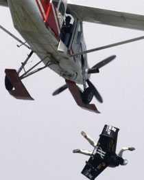 Flygningen startar med att Jetmannen släpps ut från ett flygplan likt en fallskärmshoppare.