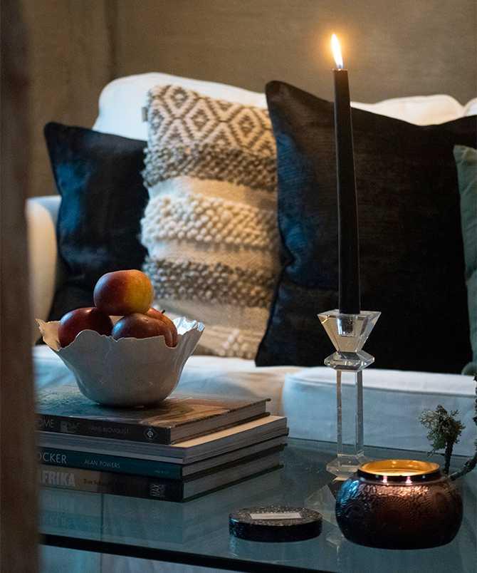 Myshörnan med doftljus från Voluspa, vit skål från Åhléns, ljusstake i glas från Zarah Home.