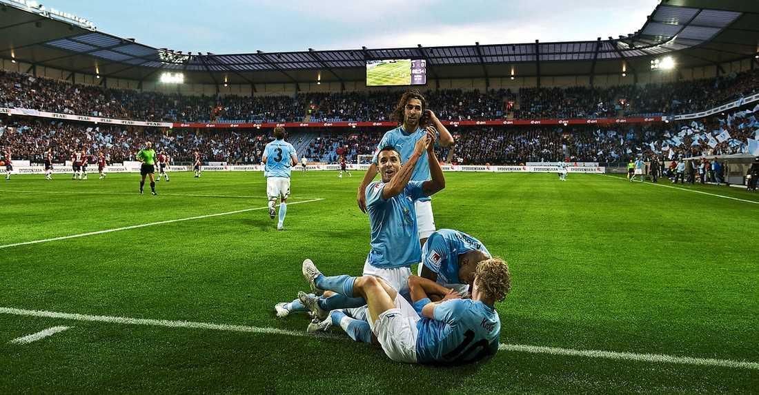 publikfest eller publikflykt? Storklubbar som Malmö FF, IFK Göteborg och AIK är skeptiska till att spela hemmamatcher på fredagar. Men i år blir det verklighet.