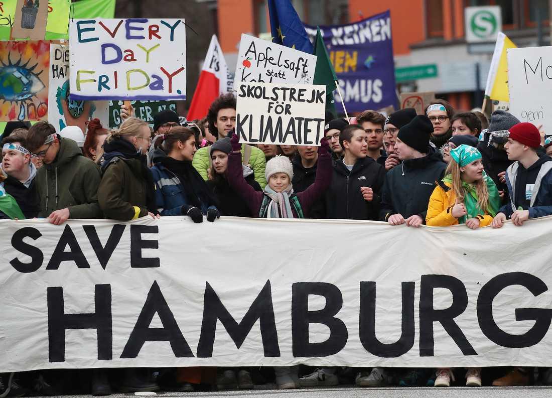 Klimataktivisten Greta Thunberg omgiven av demonstranter i Hamburg.