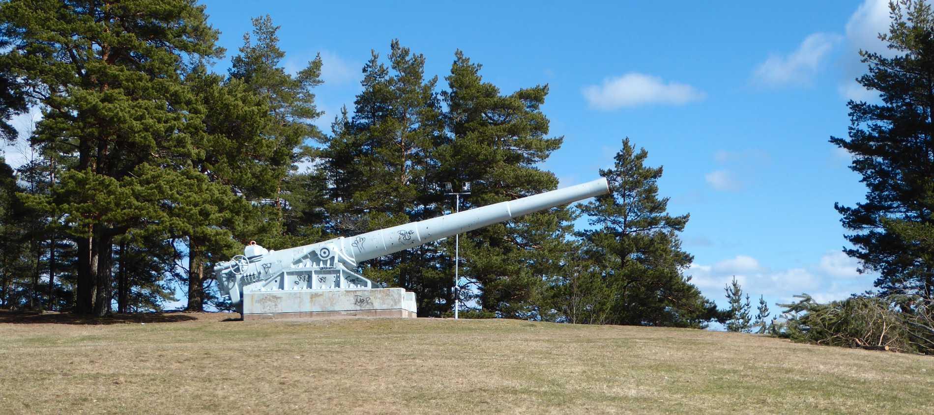 Fartygskanonen pekar ut över Karlskogas centrum