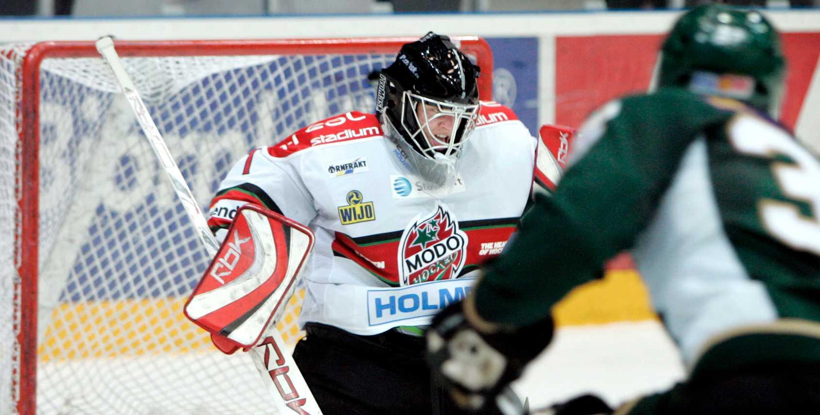 Lee Goren gör mål på Niklas Svedberg.