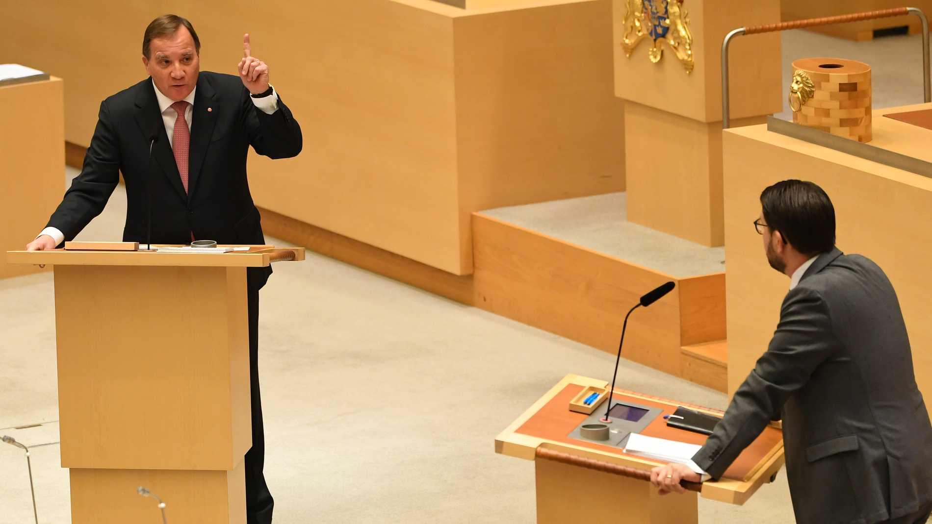 Statsminister Stefan Löfven (S) och Jimmie Åkesson (SD) i riksdagsdebatt i oktober. Arkivbild.