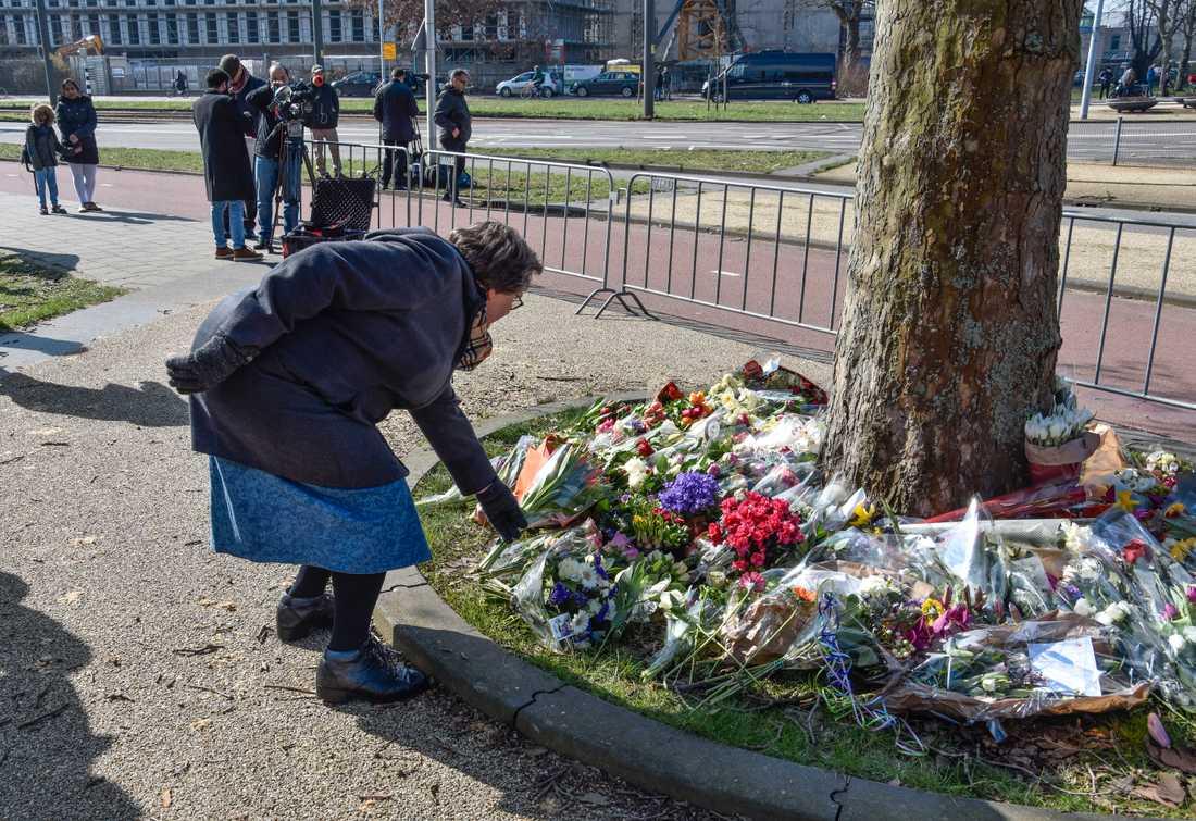 Vid ett träd nära brottsplatsen på 24 oktober-torget växer en blomsterhög upp när Utrecht-bor kommer förbi för att hedra offren.