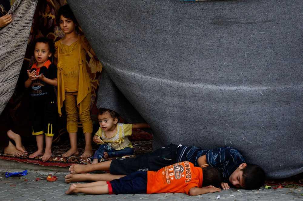 Palestinska barn sover på golvet på en FN-skola i Jabalia i norra Gaza. 118 000 människor har flytt sina hem sedan 8 juli. Många har sökt skydd på FN-skolor som används som flyktingförläggningar.