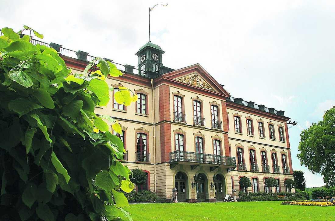 SOMMARSLOTT På Tullgarn bodde Gustav III:s yngste bror Fredrik Adolf med sin älskarinna, balettdansösen Sophie Hagman. Hon var helt accepterad av den kungliga familjen och fick en dotter med prinsen.