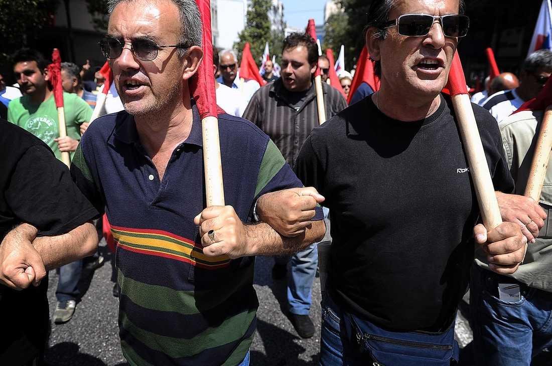 """ILSKAN BARA VÄXER Nya demonstrationer väntas under dagen när folkmassorna skanderar """"vårt svar är strejk"""" och samlas på torg med gatstenar från sönderslagna marmortrappor."""