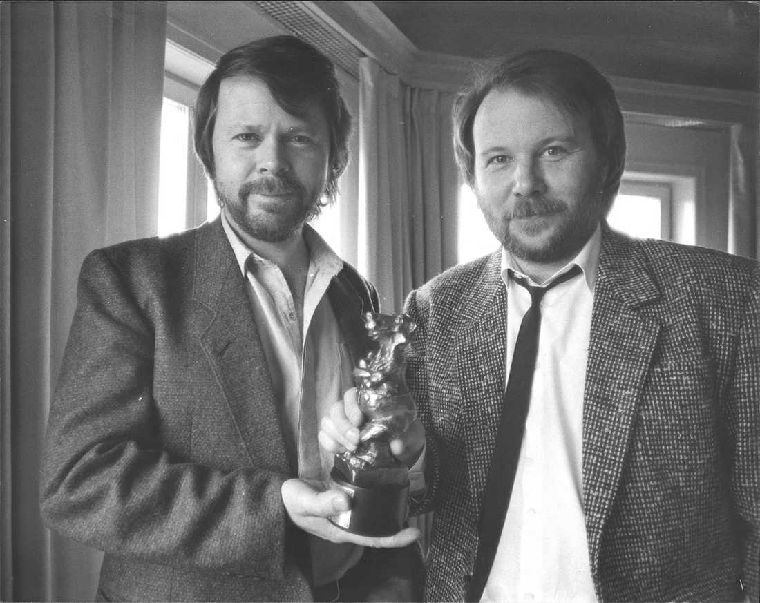 """Björn Ulvaeus och Benny Andersson får 1984 en Rockbjörn för bästa svenska album, för skivan """"Chess""""."""
