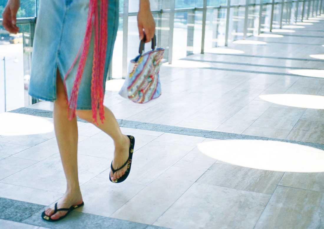 Flip-flops på fötterna bör också undvikas.