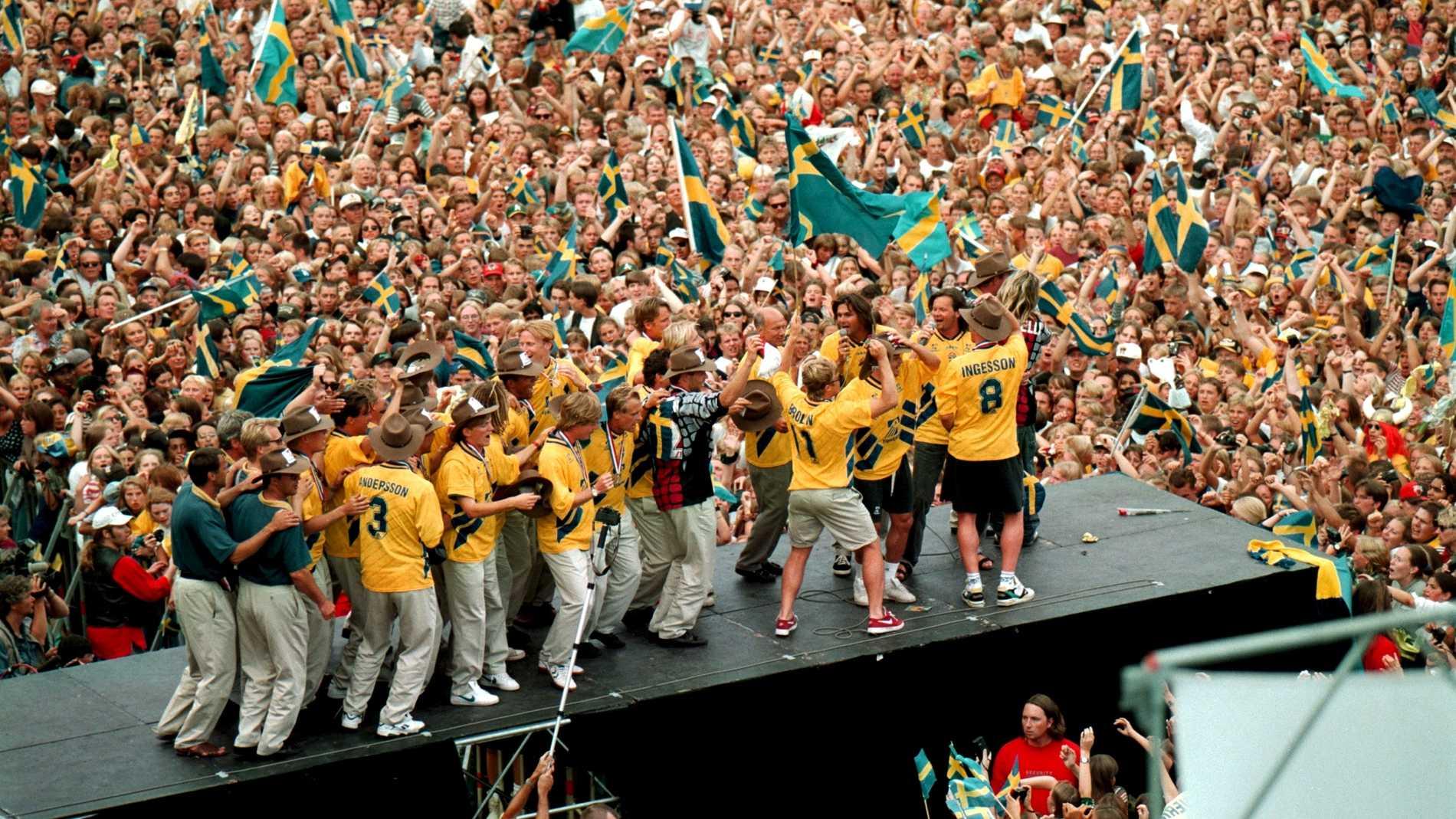 Svenska fotbollslandslaget möttes av närmare 60 000 jublande personer i Rålambshovsparken efter hemkomsten från fotbolls-VM i USA.