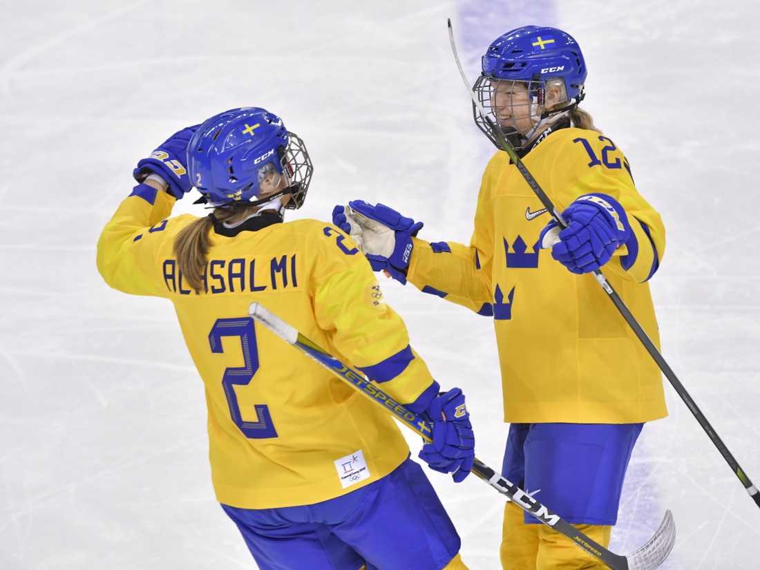 Maja Nylén-Persson (till höger) gratuleras efter målet.