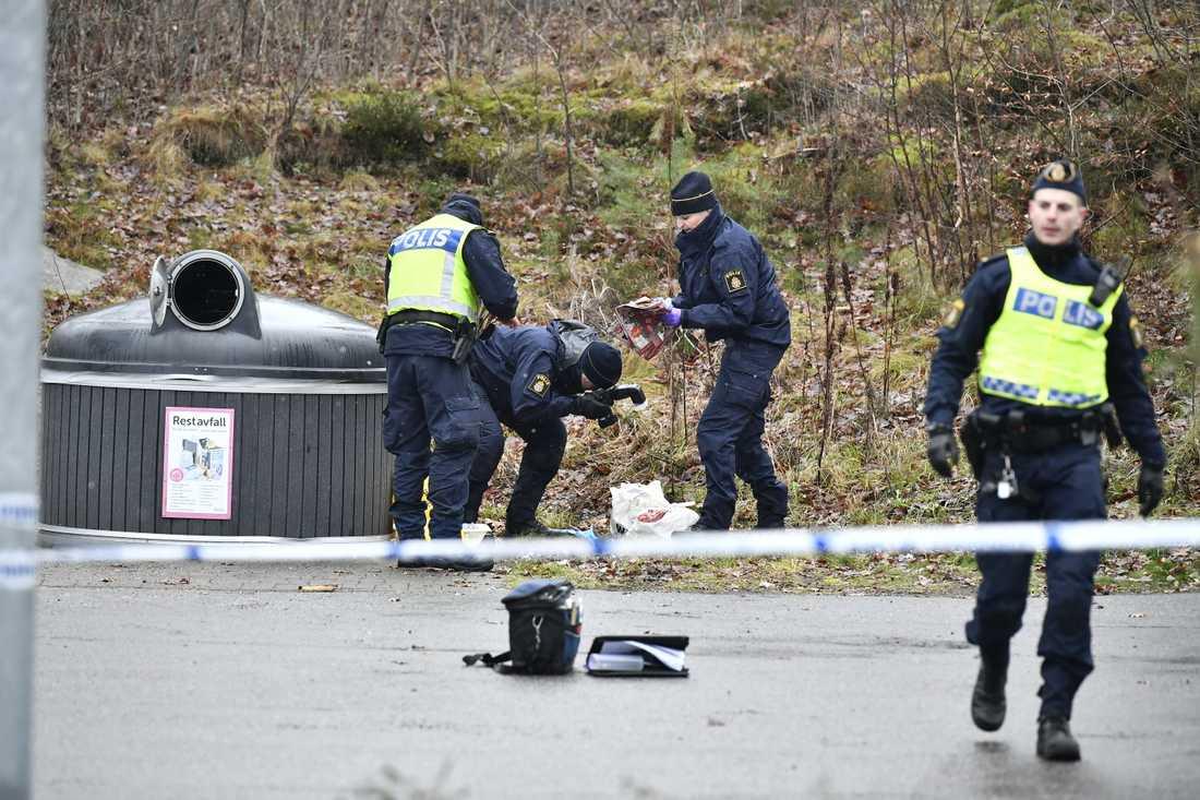 En kvinna med stickskador hittades på fredagsmorgonen utomhus i Mölnlycke, öster om Göteborg.