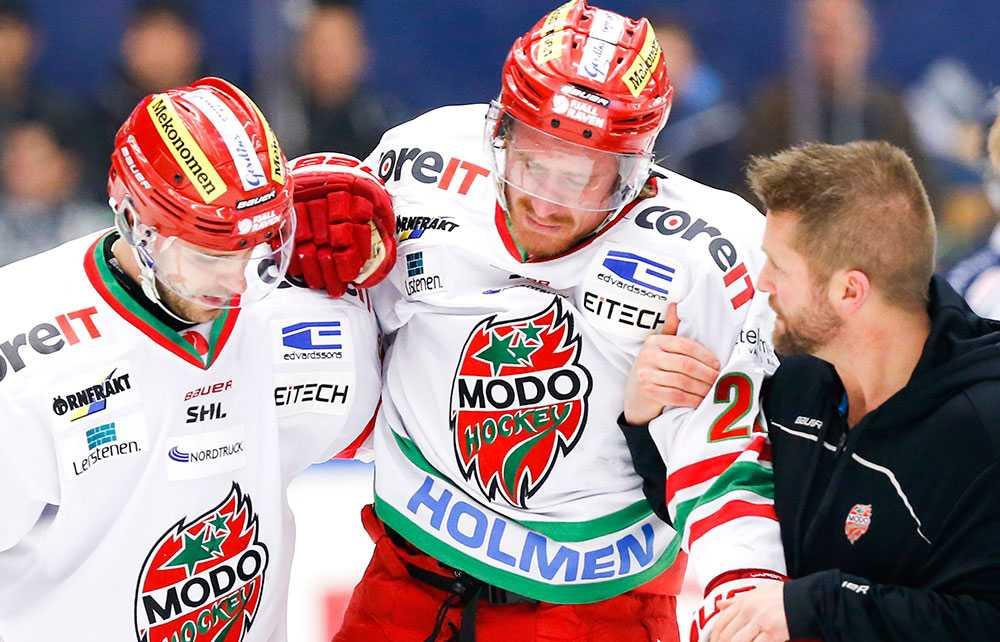 Peter Öberg får hjälp av isen under ishockeymatchen i SHL mellan HV71 och Modo