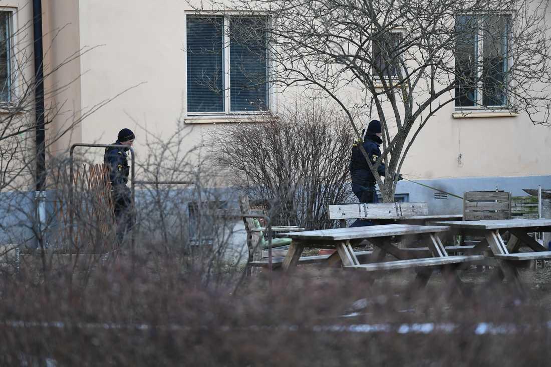 En man har påträffats i ett trapphus i Johanneshov med en skärskada i axeln. Polisen är på plats men ännu har ingen gripits.