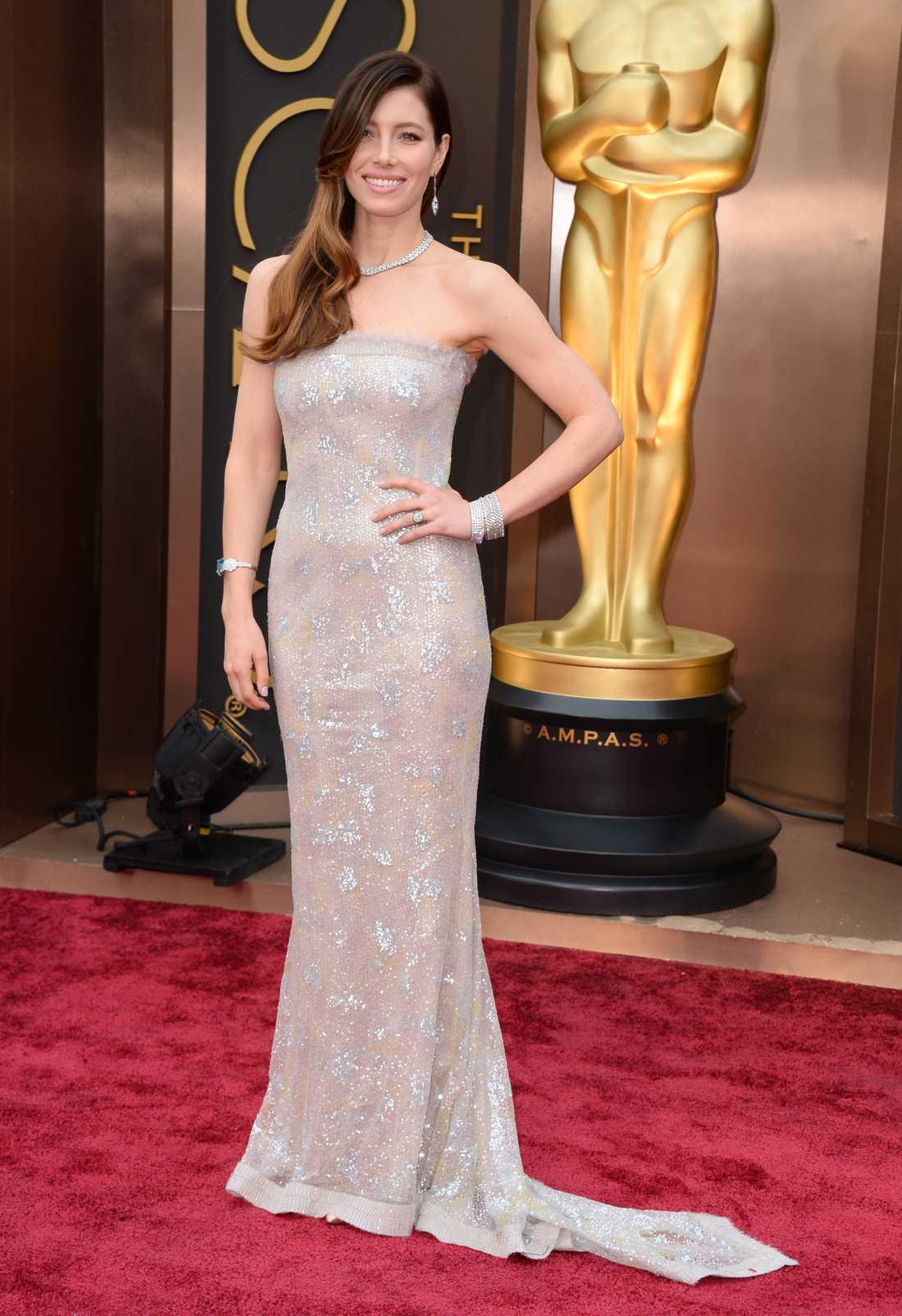 """+++++ Jessica Biel: """"Smashing! Äkta Hollywood-glamour i lyxpaket. Paljetterna gör verkligen sitt och Biel ser fantastisk ut i den här klänningen från Chanel Couture. Klänningen i sig hade ju varit rätt trist utan de sprakande stenarna, de fullkomligt lyfter hela dressen. Och som det lyfter."""""""