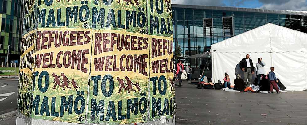 Välkomnande budskap mötte flyktingarna i Malmö hösten 2015.