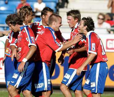"""""""BRA NOG ATT FÅ SPELA"""" Christian Järdler gratuleras av Andreas Dahl och Peter Graulund efter 4-0-målet mot Elfsborg. Nu ökar självförtroendet för helsingborgarna som siktar uppåt i tabellen."""