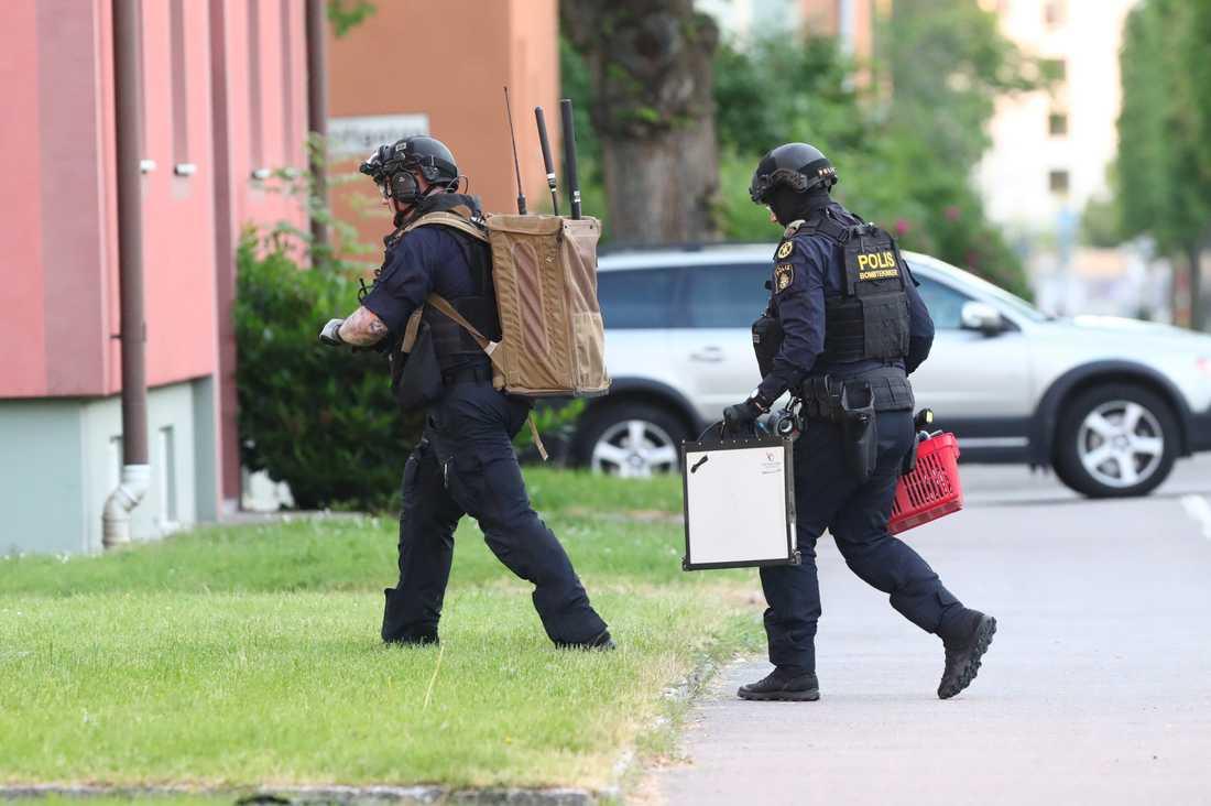 Nationella bombskyddet anlände till platsen på måndagensmorgonen.