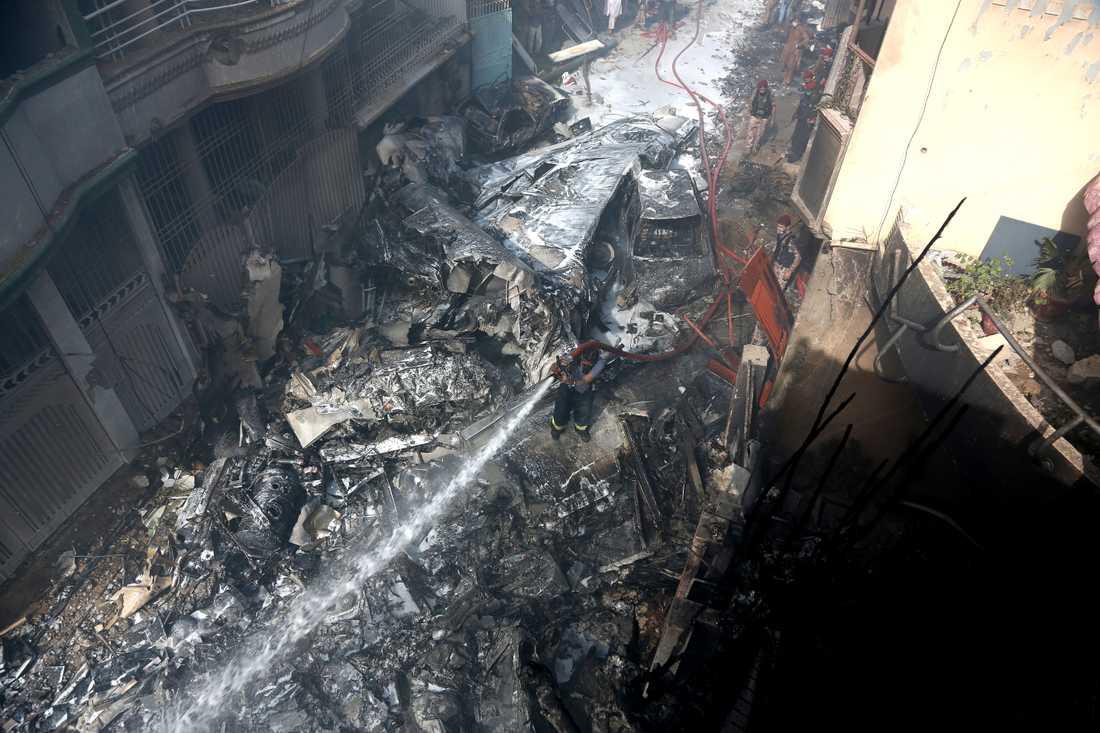 Mirakulöst nog överlevde två män infernot när PK8303 kraschade i ett bostadsområde.