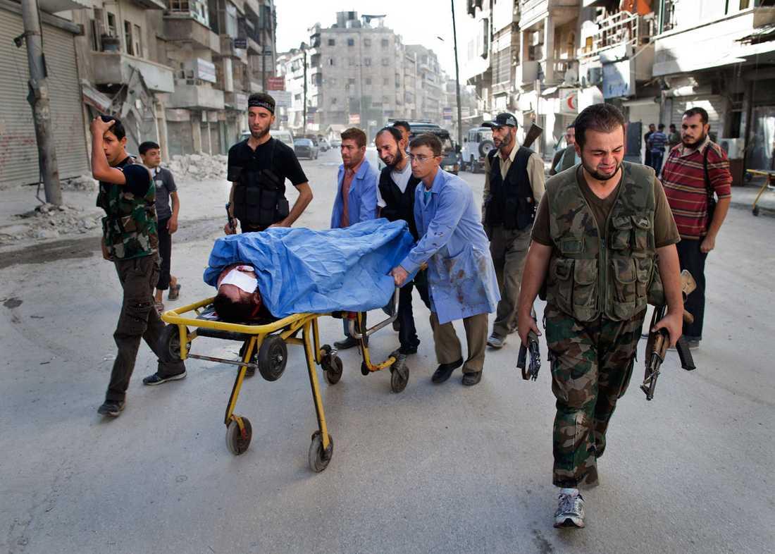 Omar är död. En krypskytt sköt honom i bröstet. Hans vänner kommer och hämtar honom för att föra honom hem till familjen för begravning.