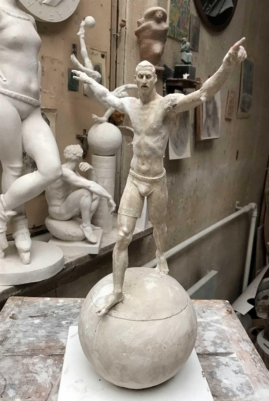 Konstnären Peter Lindés modell av statyn.