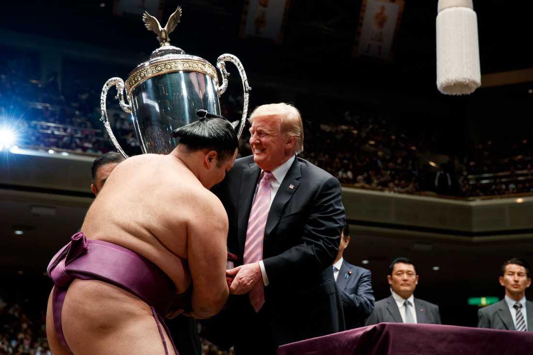 Efter tävling kom Donald Trump upp i ringen och gratulerade vinnaren, Asanoyama och räckte över pokalen.