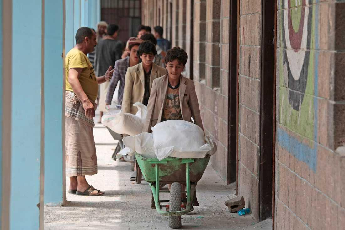 Miljontals internflyktingar i Jemen förlitar sig på FN:s matinsatser för att klara sig för dagen.