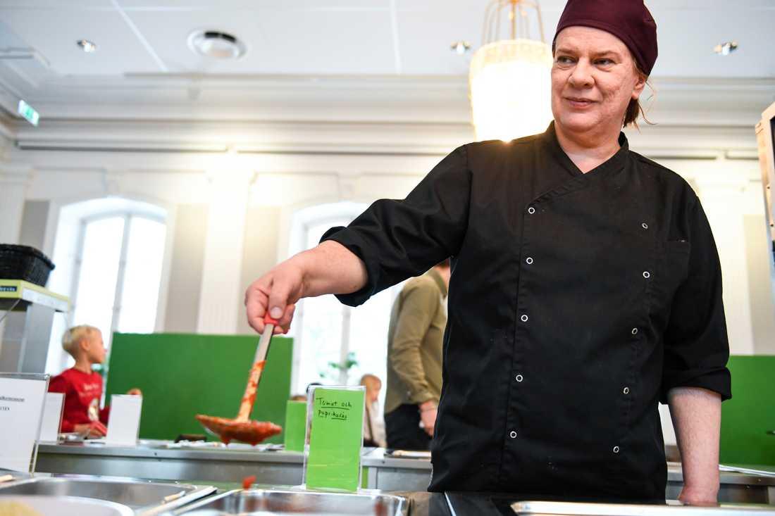 Kökschef Åsa Jansson på Kristinbergsskolan i Stockholm ser många fördelar med fler ekologiska livsmedel.