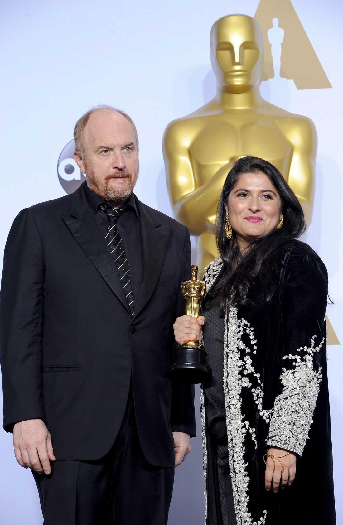 Louis C.K och vinnaren av bästa kortfilmsdokumentär, Sharmeen Obaid-Chinoy.