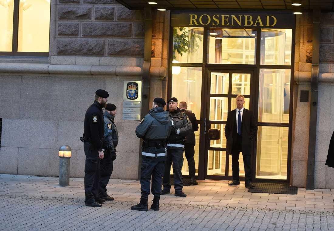 Utanför Rosenbad. Säkerhetsvakter med skyddsvästar.