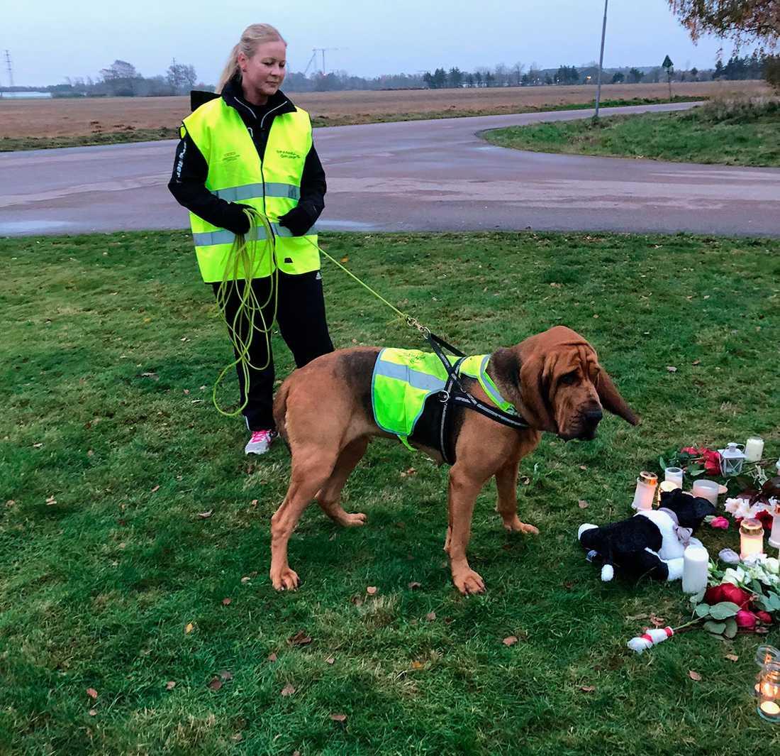 Hundföraren Sara Vallin tillsammans med spårhunden Sonja.