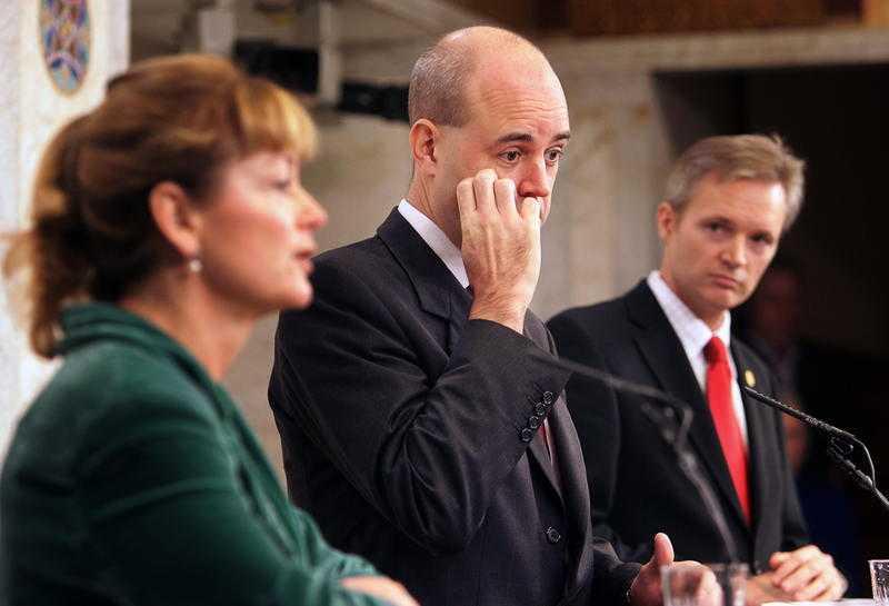 VAD DÖLJER NI MER? Saudiaffären är inte över bara för att försvarsminister Sten Tolgfors avgår. Statsminister Fredrik Reinfeldts ansvar i affären måste också utredas, anser debattören.