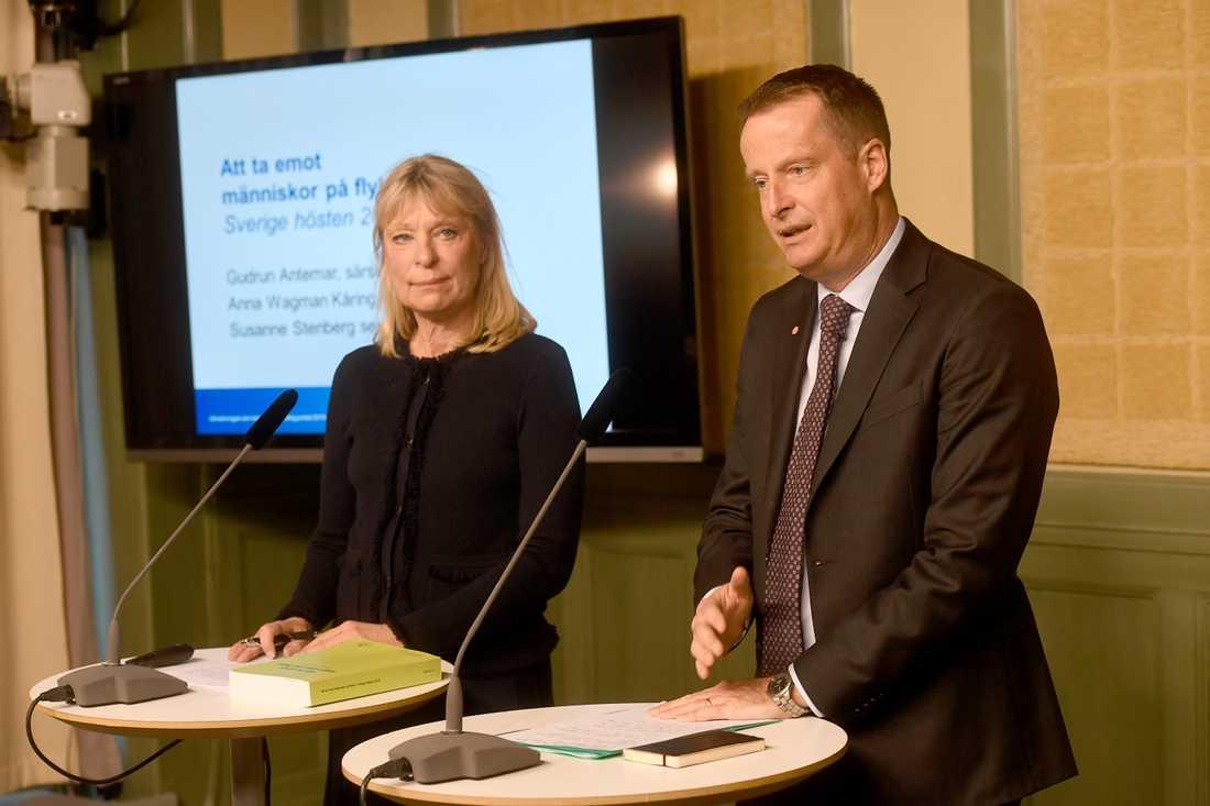 Utredare Gudrun Antemar och inrikesminister Anders Ygeman.